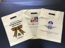 Белые пакеты ПВД с печатью логотипов в несколько цветов
